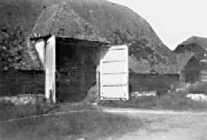 <font size=3><u> - Thatched barn at Crowmarsh Battle Farm - </u></font>(BS0038)   Converted to offices in last decades of 20th century.