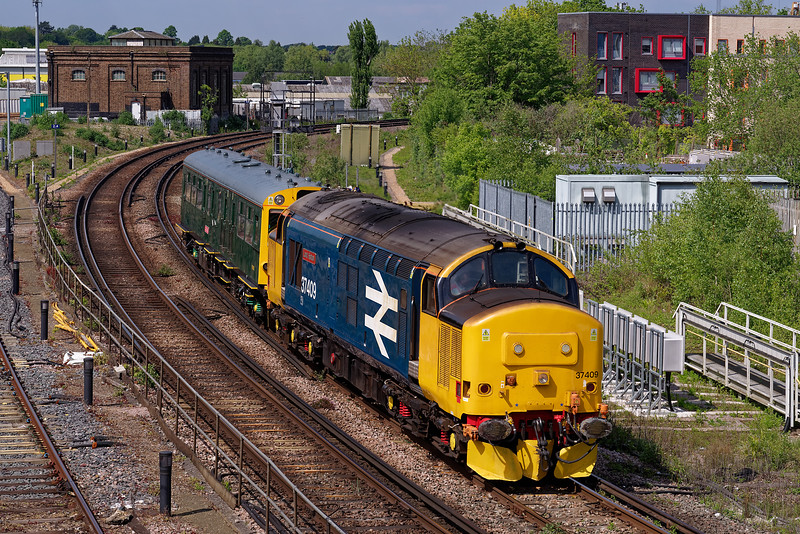 """37409 with Inspection Saloon """"Caroline"""" coming off the New Line at Guildford with 2Z02, <br /> the 08:46 Exeter - Kensington Olympia.  Viewed from Yorkies Bridge. 16th May 2019."""
