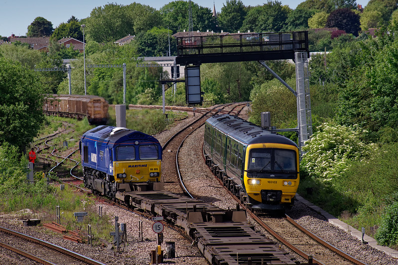 66005 entering Didcot Yard with 4O43, the 04:11 Wakefield Europort - Didcot TC, intermodal service. 165103 is passing with the 10:00 Didcot Parkway - Banbury. 1st June 2019.