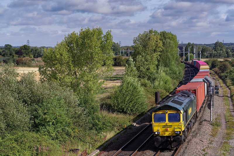 66955 heading south with 4O05, the 07:19 Birch Coppice Freightliner - Southampton Maritime. 30th August 2019.