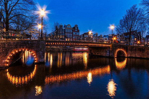 Herengracht Bridge over Brouwsersgracht at night