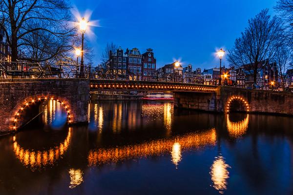 Herengracht Bridge over Brouwsersgracht at night