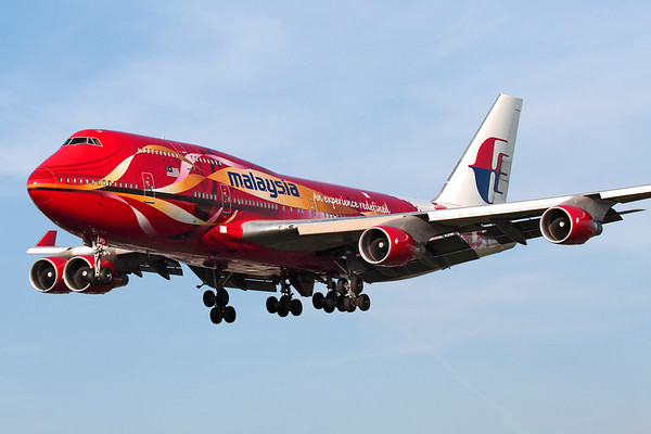 "Reg: 9M-MPD Operator: Malaysia Airlines  Type:  Boeing 747-4H6		   C/n: 25701 / 997 Location:  London - Heathrow (LHR / EGLL) - UK   ""Malaysia 4"" on short finals to runway 27L at Heathrow, in the spectacular ""Hibiscus"" colours scheme. This aircaft has since left the Malaysian fleet and flies for Al Wafeer Air in Saudi Arabia.     Photo Date: 05 April 2007 Photo ID: 1300639"