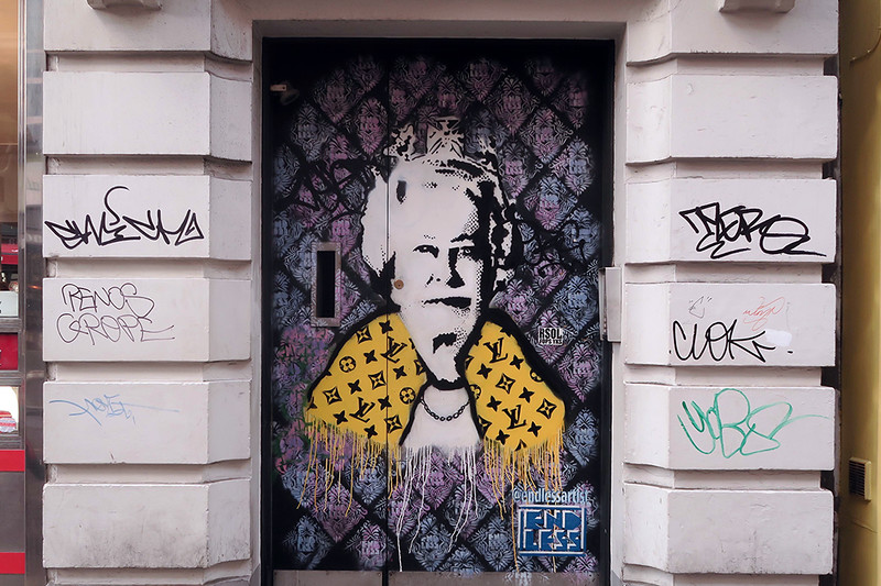 street art of the queen as a punk