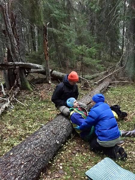 Nols WFR refresher sweden 2018 - pt leaning on log