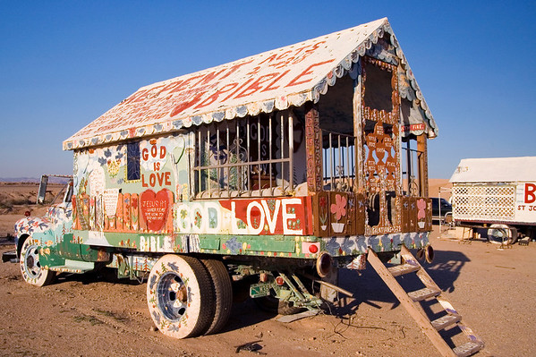 I think this is the wagon in which Leonard lives, but my attention sometimes drifted towards the dazzling surroundings during his tour, so please correct me if I'm wrong!
