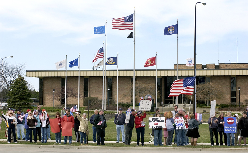 . Hundreds of people line the side of Big Beaver Road during the Tax Day Tea Party.  Photo taken on Wednesday, April 14, 2009, in Troy, Mich.  (The Oakland Press/Jose Juarez)