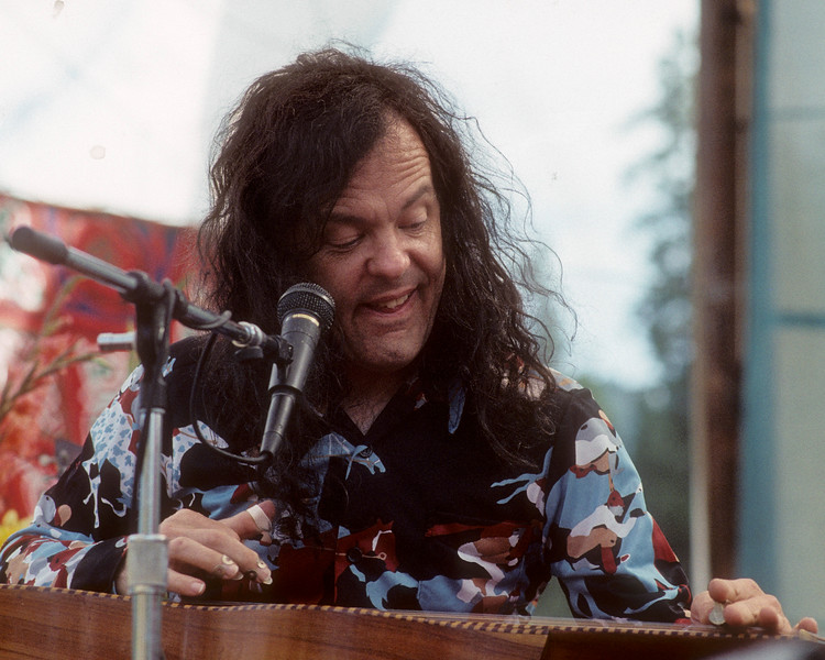PIERCY, CA-AUGUST 25: David Lindley performs with Ry Cooder at Electric on the Eel at Angel's Camp, CA on August 25, 1990. (Photo by Clayton Call/Redferns)