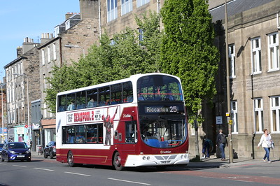 901 heads west on Leith Walk