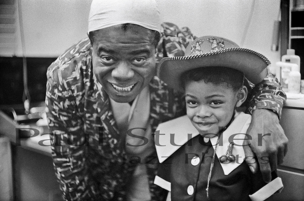 Louis Armstrong backstage with girl 04
