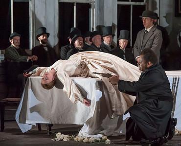 ENO Lucia di Lammermoor Sarah Tynan Lester Lynch ENO Chorus (c) John Snelling
