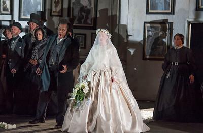 ENO Lucia di Lammermoor Lester Lynch Sarah Tynan ENO Chorus (c) John Snelling
