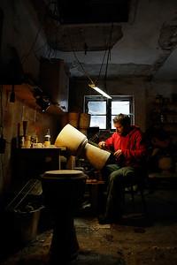 Twórca bębnów podczas pracy warsztatowej