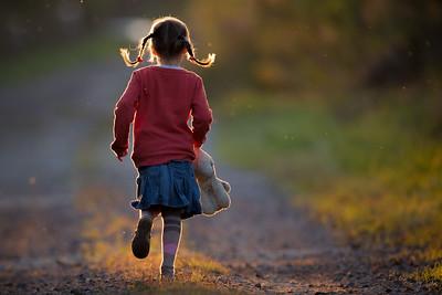 Dziewczynka na wiejskiej drodze ©Agata Katafiasz-Matysiak