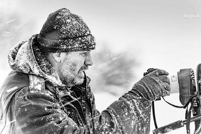 Fotograf zwierząt, współautor galerii, podczas filmowania żubrów w zamieci śnieżnej Zima 2018/19 Bieszczady ©Agata Katafiasz-Matysiak