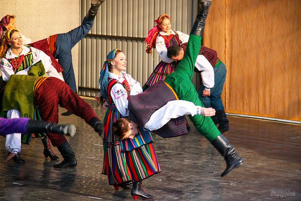 """Oberek opoczyński Zespół """"Mazowsze"""" Koncert w Cieszanowie (pow. lubaczowski, podkarpackie) 07.09.2007 ©Mateusz Matysiak"""