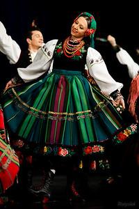 """Tancerka w stroju łowickim Zespół """"Mazowsze"""" ©Agata Katafiasz-Matysiak"""