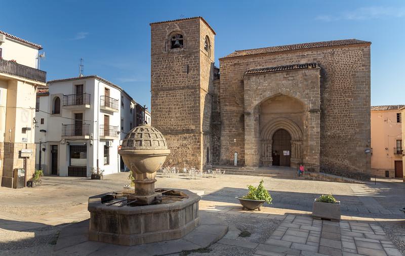 Fuente y Iglesia de San Nicolás.