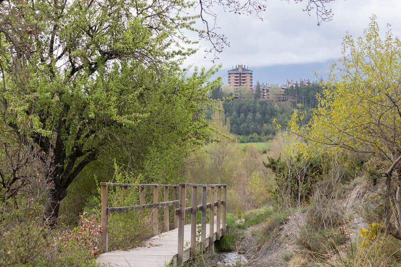 Puente con Jaca al fondo.