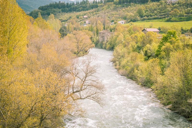 Importante caudal sobre el río Aragón