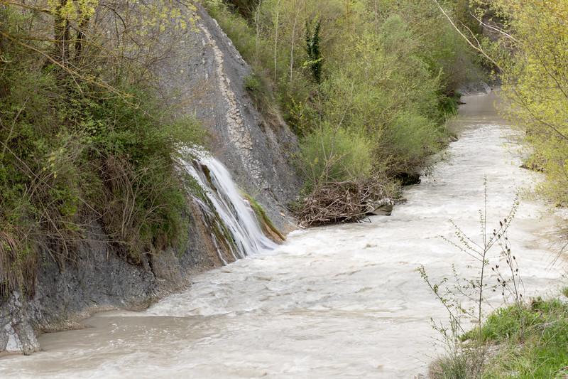 Fluye turbia el agua.