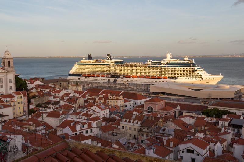 Buque en el puerto de Lisboa.