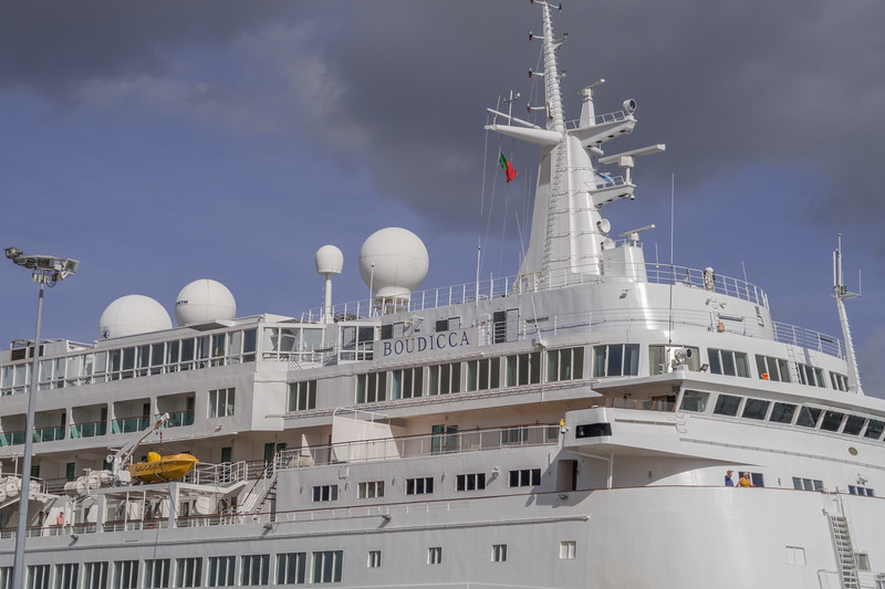 Buque atracado en el puerto de Lisboa
