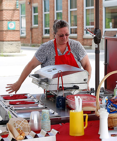 Lunch Box hot dog stand opens in Bennington. 071516