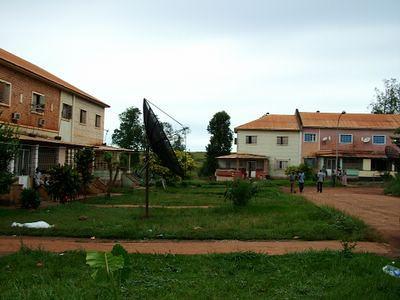 Casas de primeiro andar em frente a' Casa do Pessoal