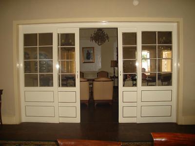 A porta que liga a sala de jantar e sala de estar - K18