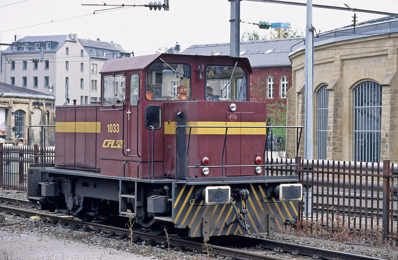 Diesel shunter CFL 1033 waits to go through the tunnel at the end of Luxembourg station on 14 September 2009 having run through the station on the avoiding line next to platform 10