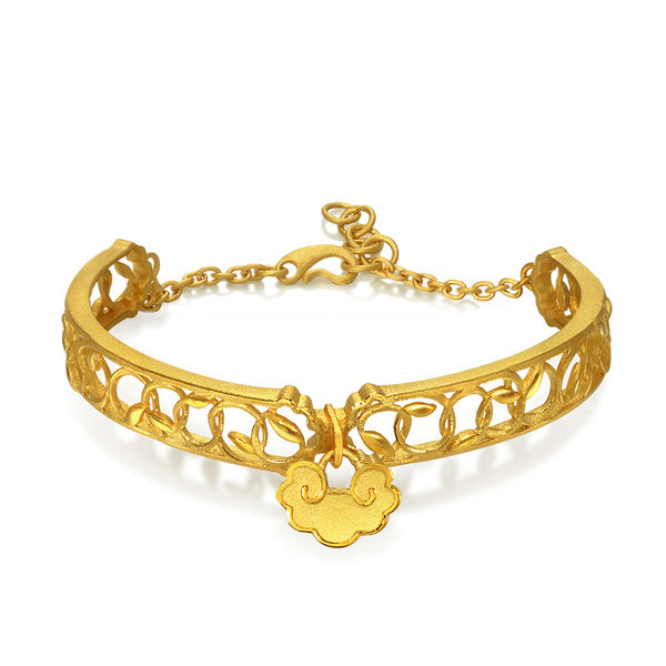 EMPHASIS JEWELLERY_Auspicious Collection_足金如意藤蔓手鐲_約價HK$12,170<br /> EMPHASIS JEWELLERY_Auspicious Collection_Fortune Lock with Vine Motif Bangle in 24K Gold_Approx. HK$12,170