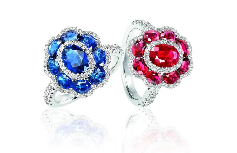 (左) EMPHASIS JEWELLERY_Gem Obsession_18K白金藍寶石襯鑽石指環_約價HK$21,700<br /> (右) EMPHASIS JEWELLERY_Gem Obsession_18K白金紅寶石襯鑽石指環_約價HK$26,200<br /> <br /> (Left) EMPHASIS JEWELLERY_Gem Obsession_Flower motif ring set with sapphires and diamonds in 18K white gold_Approx. HK$21,700<br /> (Right) EMPHASIS JEWELLERY_Gem Obsession_Flower motif ring set with rubies and diamonds in 18K white gold_Approx. HK$26,200