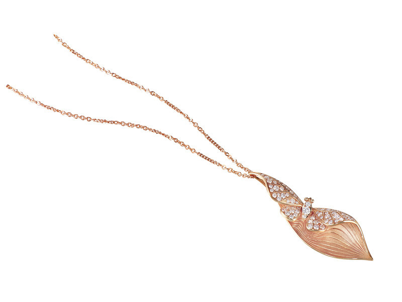 EMPHASIS JEWELLERY_Nature Collection_18K玫瑰金鑽石蝴蝶吊墜 _約HK$14,500 <br /> <br /> EMPHASIS JEWELLERY_Nature Collection_Butterfly motif pendant set with diamonds in 18K rose gold_Approx. HK$14,500
