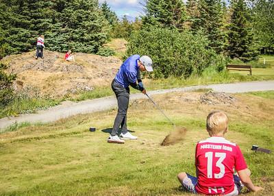 Hákon Harðarson, GR,. slær á 2. teig og Þorsteinn Ígor fylgist með.  Mynd/seth@golf.is