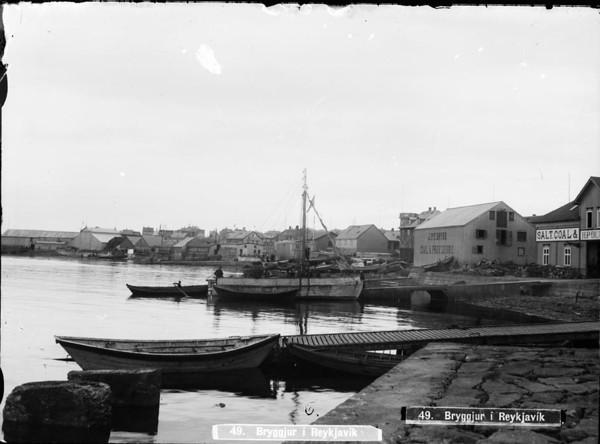 Um 1910   Vatn, höfn  Séð vestur frá Björnsbryggju og austur úr.                                    .