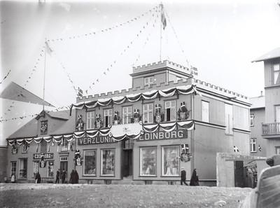 1907   Byggingar, fataverslun  Verslunin Edinborg í Hafnarstræti, skreytt vegna konungskomu, Hafnarstræti 2-4.