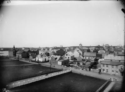 1905-1907   Borgarmynd, yfirlitsmynd  Séð vestur yfir Kvosina frá Bernhöftstorfu, Lækjargata 4-12, Amtmannsstígur, Skólabrú, Pósthússtræti.