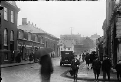 1924-1925   Borgarmynd, fólk  Fólk á gangi í Austurstræti. Bifreið RE Pósthúsið, Sápuhúsið og Íslandsbanki. Gamla bíó í byggingu.