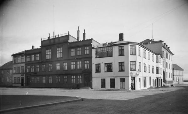 1920   Byggingar Kirkjuhvoll og önnur hús við Kirkjtorg. Ljósmyndastofa Magnúsar Ólafssonar og sonar hans Ólafar Magnússonar.