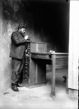 Magnús Benjamínsson úrsmiður við rennibekk, 1910 - 1920.  MAÓ 138.