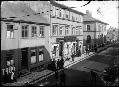 1905-1915   Borgarmynd Götumynd, fólk Austurstræti 7-11 Landsbanki Íslands, verslunin Edinborg,  kjötbúð.