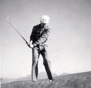 Magnús Guðmundsson sveiflar kylfunni árið 1955, tveimur árum eftir að hann byrjaði að leika golf.  (Heimild: Golfklúbbur Akureyrar 50 ára)