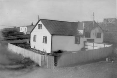 Hús Auðbjargar, elstu dóttur Ingimars og Sólveigar var reist á Laugaráslandinu. Eins og sjá má var það byggt við hlöðuna, austan við Laugarásbæinn.