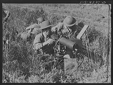 TITLE:  Fort Riley, Kansas. Setting up a machine gun during a sham battle<br /> <br /> <br />  LC-USW3- 004337-D