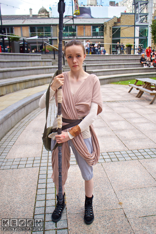 MCM Manchester Comic Con 2016, Cosplay, Cosplayer, Female, Star Wars Episode VII: The Force Awakens, Star Wars, Rey, Film, Video Games, Cartoon, Comics, Books, Fantasy, Sci-Fi, Jakku, Jedi, The Force, Scavenger, Pants, Robes, Top, Boots, Arm Guards, Staff, Utility Belt, Bag, Leather, Brown, Beige, Black, White, Pony Tail