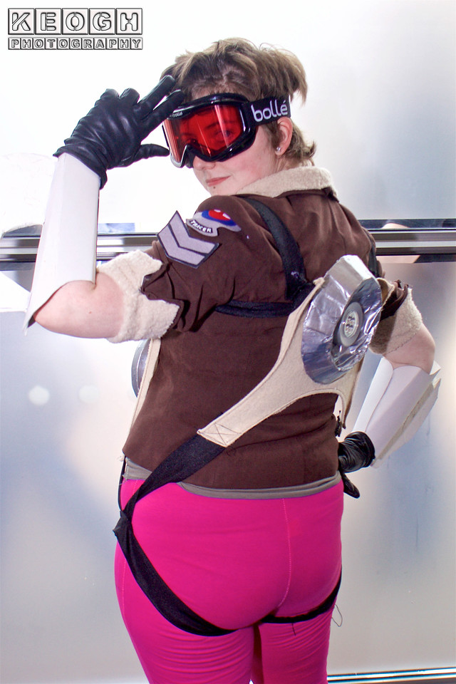 MCM Manchester Comic Con 2016, Cosplay, Cosplayer, Female, Video Game, Overwatch, Tracer, Heroes Of The Storm, Lena Oxton, British, Blizzard Entertainment, Hero, Marks Woman, Assassin, Guns, Bomber Jacket, Leggings, Gadgets, Armour, Goggles, Straps, Brown, White, Black, Blue, Pink, Silver, Shoot Em Up,  First Person Shooter
