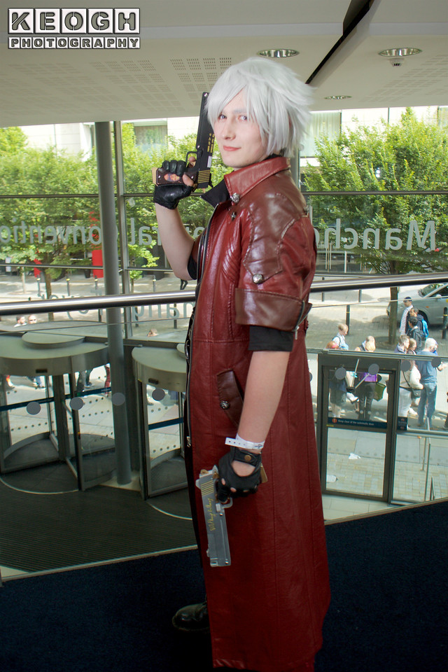 MCM Manchester Comic Con 2016, Cosplay, Cosplayer, Male, Dante, Devil May Cry, DMC, Demon Hunter, Vigilante, Anti-Hero, Coat, Jacket, Top, Pants, Boots, Gloves, Wig, Red, Black, Silver, White, Gold