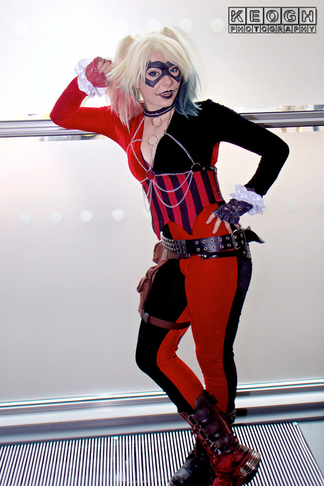 Manchester Film & Comic Con 2016, Cosplay, Cosplayer, Female, Comics, DC Comics, DC, New 52, Jumpsuit, Batman, Harley Quinn, Gloves, Bracelet, Chains, Boots, Pants, Leggings, Corset, Gloves, Boots, Chains, White, Black, Red, Purple, Silver, Film, Video Games, Harleen Quinzel,