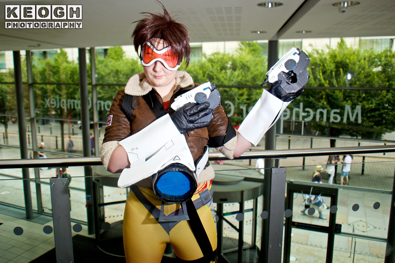 MCM Manchester Comic Con 2016, Cosplay, Cosplayer, Female, Video Game, Overwatch, Tracer, Heroes Of The Storm, Lena Oxton, British, Blizzard Entertainment, Hero, Marks Woman, Assassin, Guns, Bomber Jacket, Leggings, Gadgets, Armour, Goggles, Straps, Brown, White, Black, Blue, Orange, Silver, Shoot Em Up,  First Person Shooter
